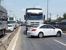 Nam tài xế kêu cứu thất thanh trong xế hộp xoay ngang bị xe tải đẩy hơn 20m trên quốc lộ 1