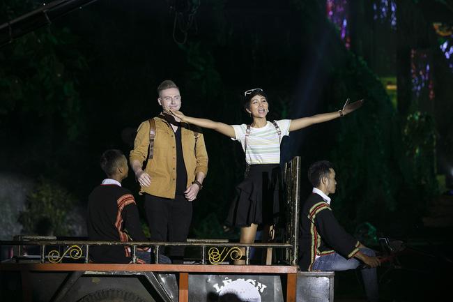 Hoa hậu HHen Niê gây ngỡ ngàng khi ăn mặc như học sinh ngồi xe công nông tiến vào sân khấu-1