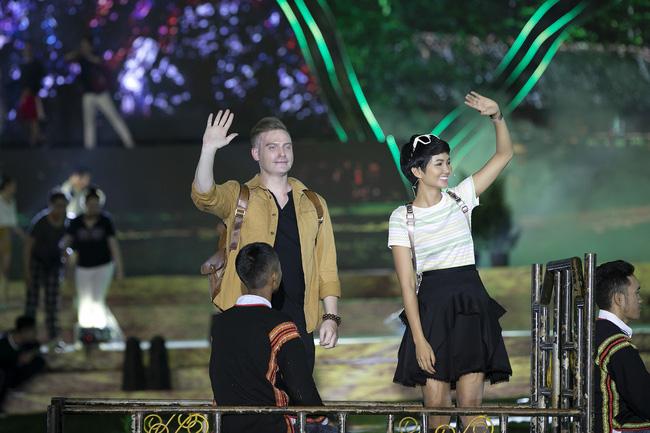 Hoa hậu HHen Niê gây ngỡ ngàng khi ăn mặc như học sinh ngồi xe công nông tiến vào sân khấu-2