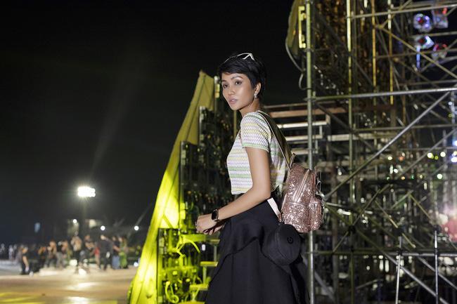 Hoa hậu HHen Niê gây ngỡ ngàng khi ăn mặc như học sinh ngồi xe công nông tiến vào sân khấu-4