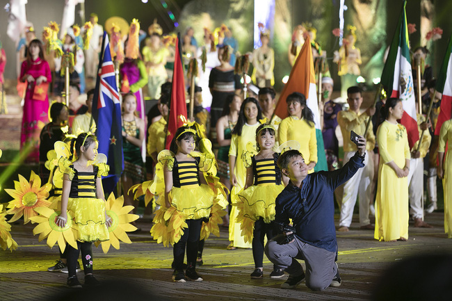 Hoa hậu HHen Niê gây ngỡ ngàng khi ăn mặc như học sinh ngồi xe công nông tiến vào sân khấu-10