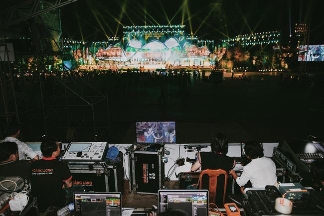 Hoa hậu HHen Niê gây ngỡ ngàng khi ăn mặc như học sinh ngồi xe công nông tiến vào sân khấu-11