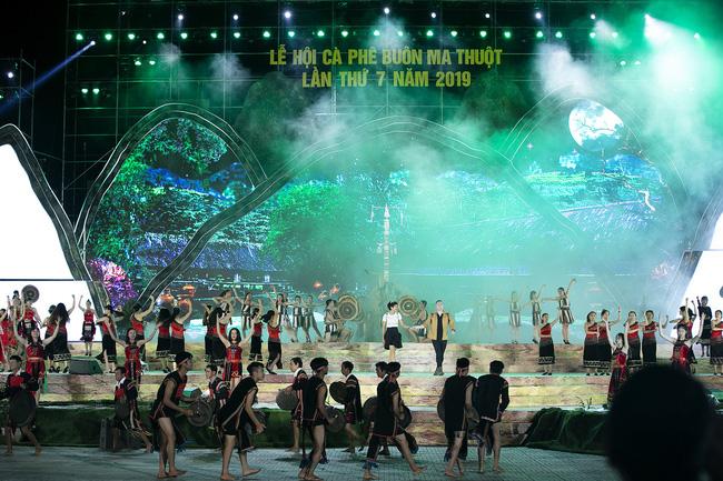 Hoa hậu HHen Niê gây ngỡ ngàng khi ăn mặc như học sinh ngồi xe công nông tiến vào sân khấu-12