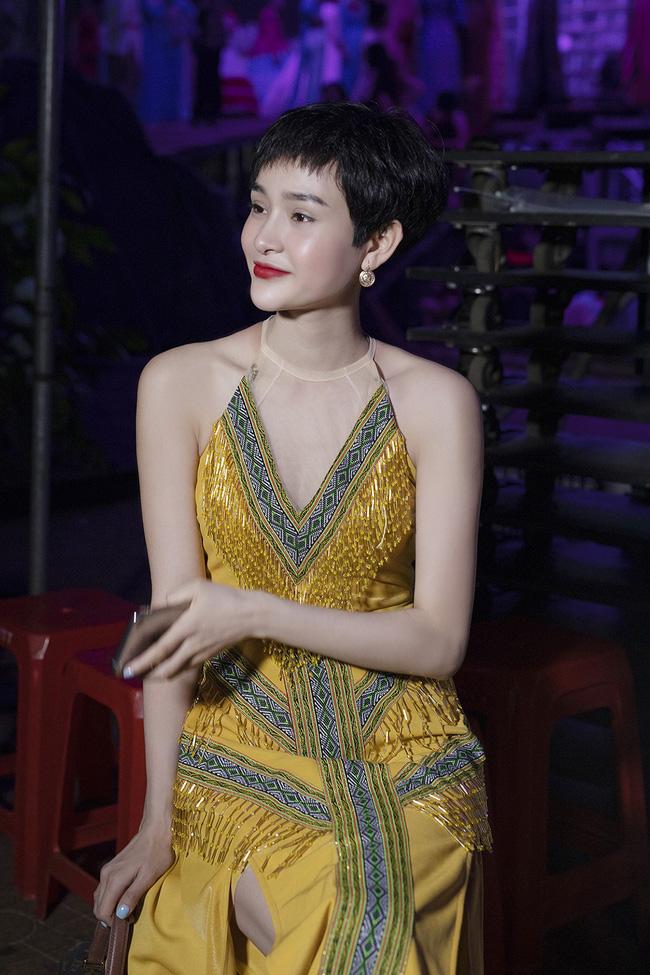 Hoa hậu HHen Niê gây ngỡ ngàng khi ăn mặc như học sinh ngồi xe công nông tiến vào sân khấu-13