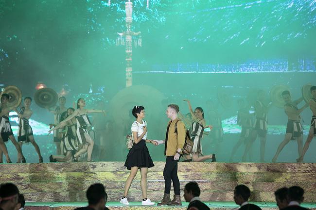 Hoa hậu HHen Niê gây ngỡ ngàng khi ăn mặc như học sinh ngồi xe công nông tiến vào sân khấu-5