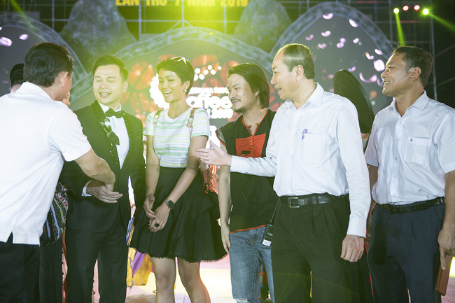 Hoa hậu HHen Niê gây ngỡ ngàng khi ăn mặc như học sinh ngồi xe công nông tiến vào sân khấu-6