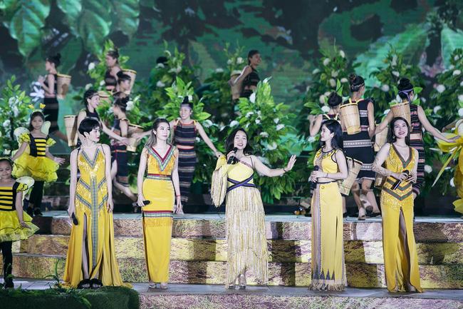 Hoa hậu HHen Niê gây ngỡ ngàng khi ăn mặc như học sinh ngồi xe công nông tiến vào sân khấu-7