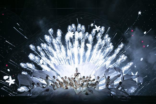 Hoa hậu HHen Niê gây ngỡ ngàng khi ăn mặc như học sinh ngồi xe công nông tiến vào sân khấu-9