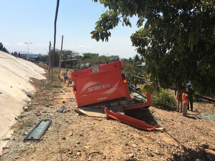 Xe khách lao xuống vực ở Mũi Né, nhiều du khách bị thương-4