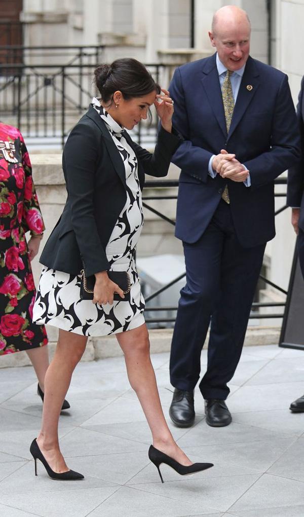 Meghan bị chỉ trích vì mặc bộ váy phản cảm trong sự kiện chào mừng Ngày quốc tế phụ nữ và tiếp tục để lộ dấu hiệu bất thường về bụng bầu 8 tháng-1