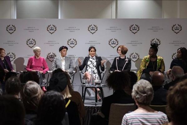 Meghan bị chỉ trích vì mặc bộ váy phản cảm trong sự kiện chào mừng Ngày quốc tế phụ nữ và tiếp tục để lộ dấu hiệu bất thường về bụng bầu 8 tháng-2