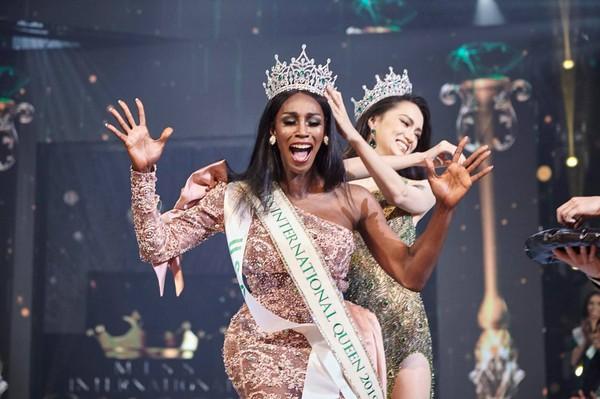 Hoa hậu Hương Giang tự tin hát ca khúc tiếng Anh bất hủ trong chung kết Miss International Queen 2019-2