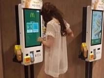 Cô gái đi mua đồ với chiếc váy mỏng tang như màn tuyn, nhìn thấu cả nội y
