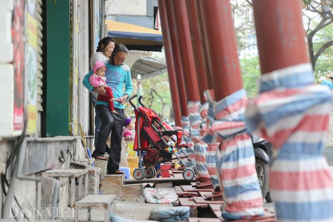 Hà Nội: Nhà trên phố Đào Tấn đồng loạt... chống nạng-7
