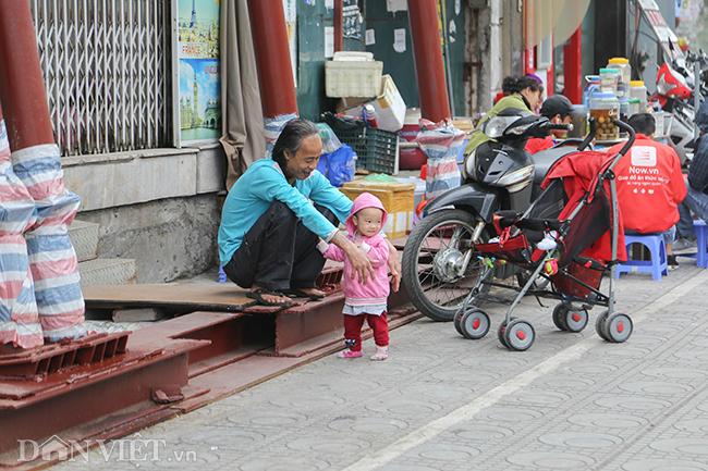 Hà Nội: Nhà trên phố Đào Tấn đồng loạt... chống nạng-9