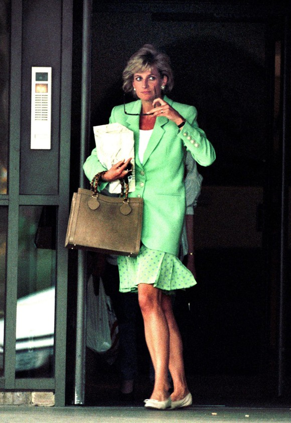 Tiết lộ mới gây sốc về Công nương Diana : Từng giấu người tình trong chăn để đưa vào cung điện-1