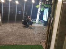 MXH tranh cãi chuyện hai chị gái mải tâm sự, ngồi như mọc rễ ở quán cafe bị nhân viên chụp ảnh rồi