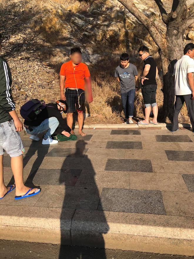 Clip: Nam thanh niên Vũng Tàu liều lĩnh leo núi đá cheo leo bằng tay không rồi bất ngờ rơi xuống khiến nhiều người thót tim-4