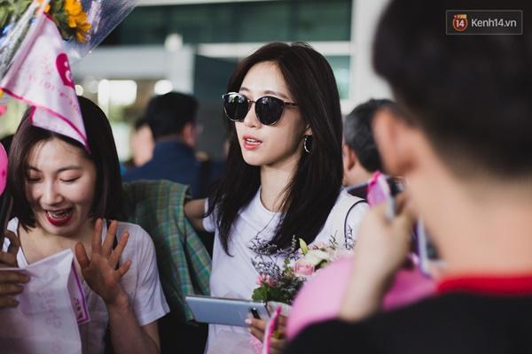 Eunjung (T-ara) khoe body nuột dù mặc giản dị tại sân bay Tân Sơn Nhất, nhưng gây chú ý hơn là thái độ của fan Việt-6