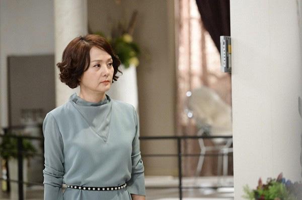Thấy con trai rửa bát, mẹ chồng phán mua váy về mà mặc và phản ứng nhẹ nhàng nhưng đanh thép của nàng dâu-1