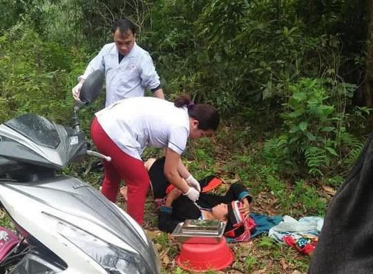Bác sĩ phóng xe máy đến bìa rừng giúp sản phụ người Dao vượt cạn-1