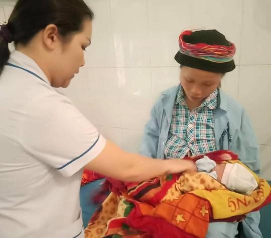 Bác sĩ phóng xe máy đến bìa rừng giúp sản phụ người Dao vượt cạn-3