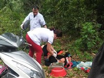 Bác sĩ phóng xe máy đến bìa rừng giúp sản phụ người Dao