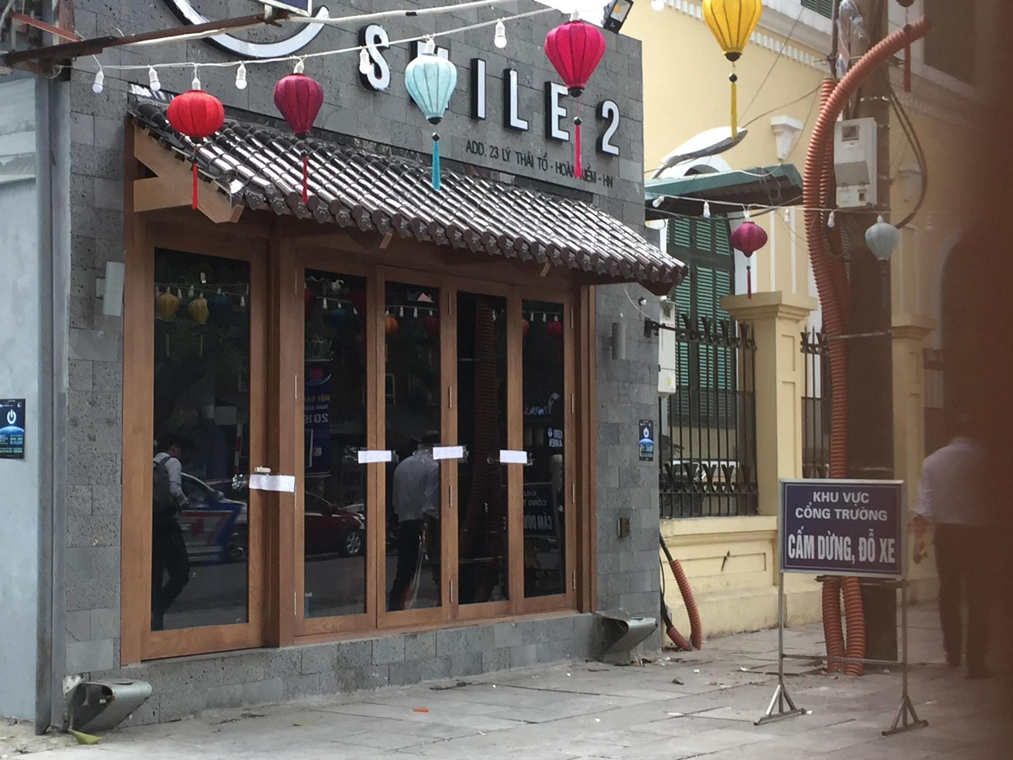 Hà Nội: Công an niêm phong quán cà phê nghi có người nước ngoài tử vong sau khi hút bóng cười để điều tra-1