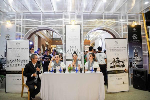 3 nàng hậu tặng sách tại Lễ hội cà phê Buôn Ma Thuột-4