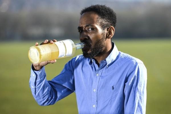 Người đàn ông 37 tuổi gây sốc khi uống nước tiểu suốt 3 năm-1