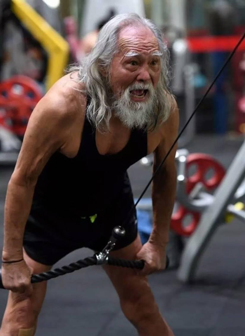 Nam thần tuổi 83: Tự lái xe, đóng cảnh hành động, làm người mẫu-3
