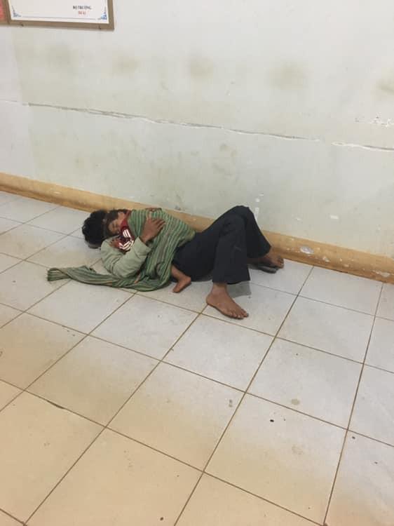 Bố ôm con trai nhỏ co ro nằm ngủ nơi hành lang bệnh viện đợi mẹ đi sinh - bức ảnh khiến bao người cảm động-1