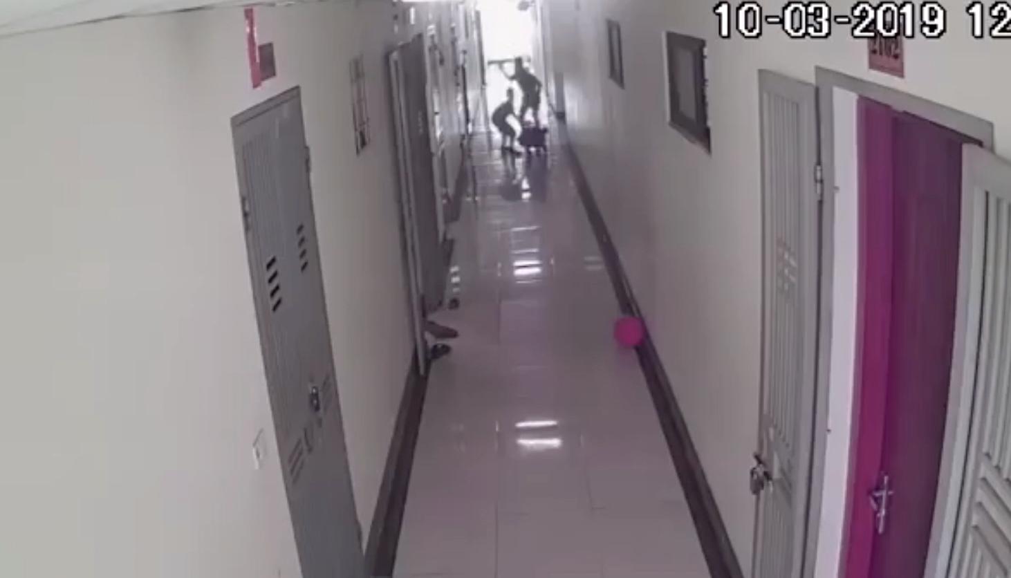 Clip: Chơi xe lắc trong hành lang chung cư vào giữa trưa, 2 bé trai bị người hàng xóm tầng dưới tung cú tát trời giáng-1