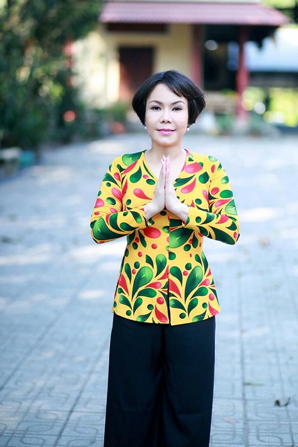 Việt Hương lạ lẫm trong mái tóc ngắn đi hành hương đầu năm-2