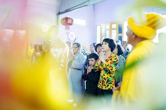 Việt Hương lạ lẫm trong mái tóc ngắn đi hành hương đầu năm-3