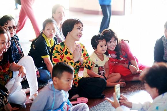 Việt Hương lạ lẫm trong mái tóc ngắn đi hành hương đầu năm-5