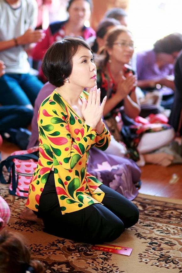 Việt Hương lạ lẫm trong mái tóc ngắn đi hành hương đầu năm-6