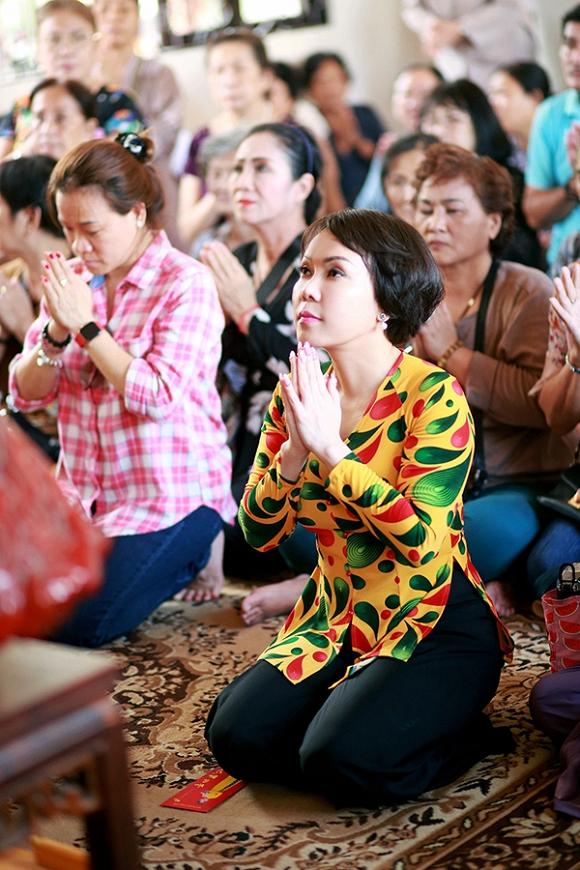 Việt Hương lạ lẫm trong mái tóc ngắn đi hành hương đầu năm-7