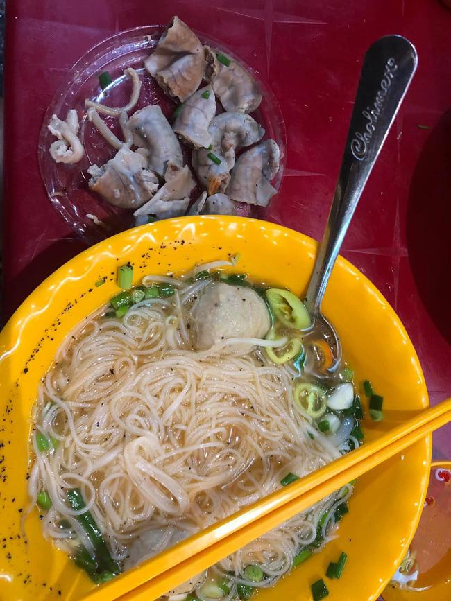 Mất 45 nghìn ăn tô hủ tiếu bò, cô gái Sài Gòn suýt ngất khi được khuyến mại thêm đĩa lòng toàn sán-3