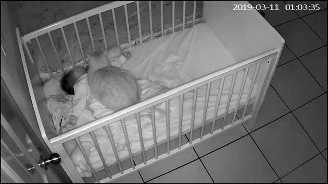 Bức ảnh em bé sơ sinh ngủ say trong cũi cùng chú mèo mập ú khiến cộng đồng mạng tranh cãi kịch liệt-1
