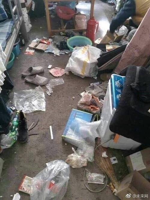 Nhân viên bảo dưỡng điều hòa khóc thét khi đến nhà khách mà tưởng sa nhầm bãi rác, nhìn lọc gió điều hòa mà suýt ngất-5