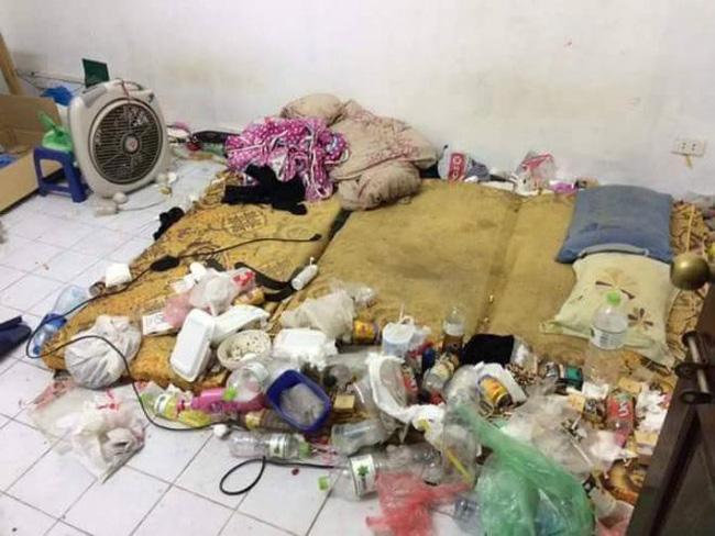 Nhân viên bảo dưỡng điều hòa khóc thét khi đến nhà khách mà tưởng sa nhầm bãi rác, nhìn lọc gió điều hòa mà suýt ngất-6