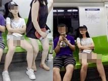 Mặc áo phông ngắn nhưng không diện đồ lót, cô gái trẻ hớ hênh lộ cả vòng 3 khiến người đối diện đỏ mặt không dám nhìn