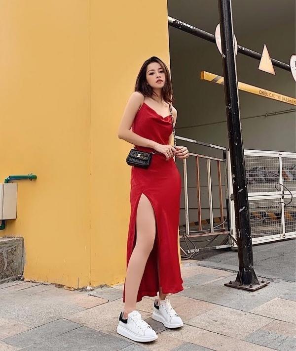Hồ Ngọc Hà hóa quý cô sang chảnh, Chi Pu diện váy đỏ rực nổi bật trên phố ngày hè-2