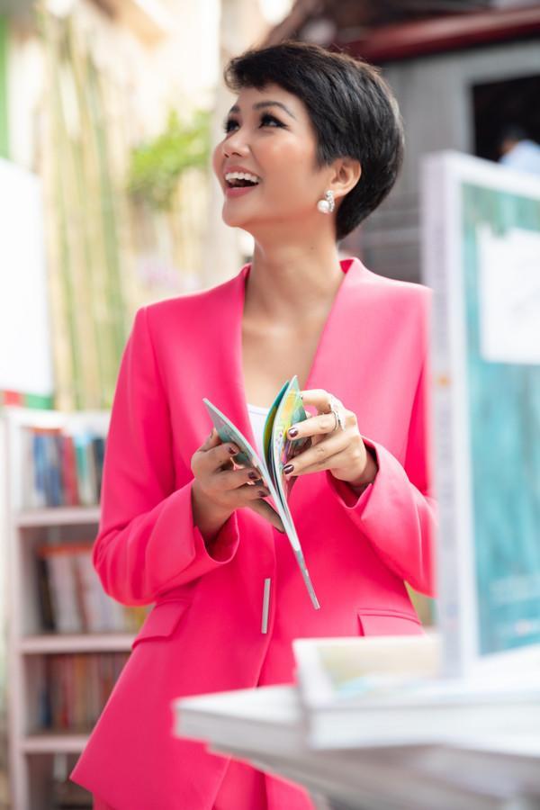 Hơn cả tắc kè hoa, H'Hen Niê gây lóa mắt khi thay đổi trang phục liên tục trong 1 ngày-5