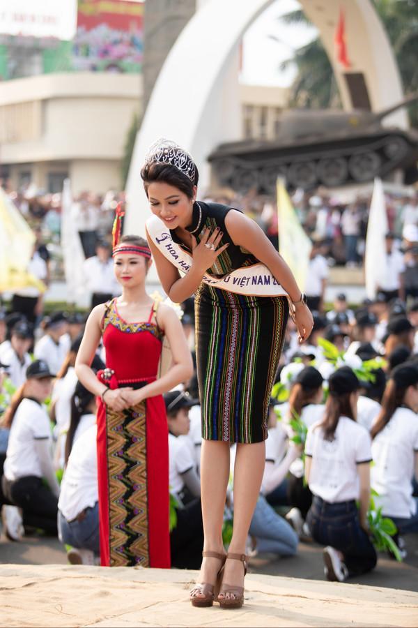 Hơn cả tắc kè hoa, H'Hen Niê gây lóa mắt khi thay đổi trang phục liên tục trong 1 ngày-6