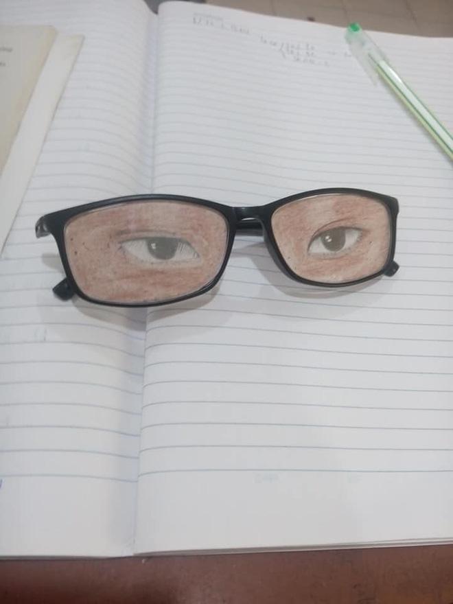 Nam sinh chăm chú nhìn lên bảng và đôi mắt kính che giấu toàn bộ sự thật-2