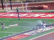 Cột đèn bất ngờ đổ sập tại sân vận động khiến 2 người bị thương