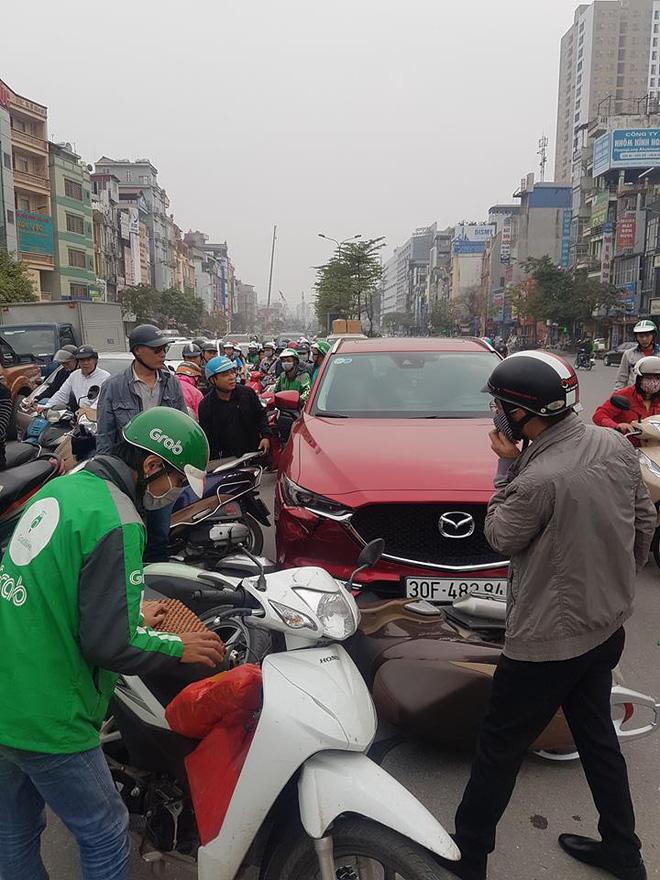 Mazda CX5 đâm liên hoàn ít nhất 5 xe máy-2