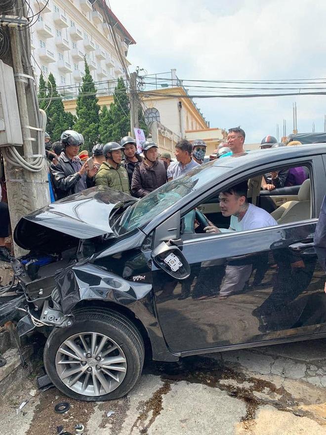 Ngồi trong ô tô đầu nát bét sau tai nạn liên hoàn, nam thanh niên vẫn lắc lư theo nhạc-4